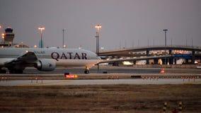 Самолет одно Боинга 777 авиакомпаний Катара путь такси стоковое изображение rf