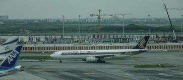 Самолет пассажира в аэропорте Бангкока стоковое изображение