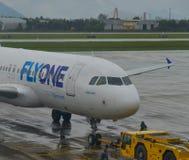 Самолет пассажира ездя на такси на взлётно-посадочная дорожка стоковое фото