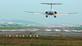 Самолет пассажира замедленного движения коммерчески принимает приземляться, национальный аэропорт акции видеоматериалы