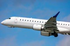 Самолет пассажира конца-вверх белый в воздухе на взлете стоковые изображения rf