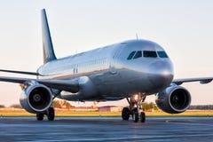 Самолет пассажира конца-вверх ездя на такси на рисберме авиапорта Стоковые Фотографии RF