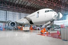 Самолет пассажира на обслуживании ремонта двигателя и фюзеляжа Стоковое Изображение RF
