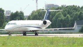 Самолет пассажира управляет вдоль следа авиапорта после приземляться акции видеоматериалы