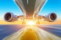 Самолет пассажира ускоряет ход на высокой скорости взгляда снизу с ярким светом стоковые фотографии rf