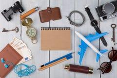 самолет, пасспорт, деньги, камера, вахта, компас, солнечные очки, наушники, бинокли, блокнот, ключи, бумажник стоковая фотография rf