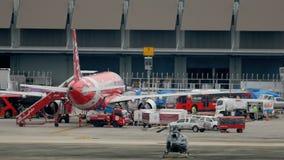 Самолет подготавливая перед отклонением акции видеоматериалы