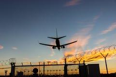 Самолет посадки над barbwire стоковое изображение