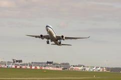 самолет принимает стоковые изображения
