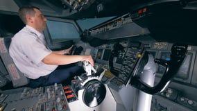 Самолет регулируется профессиональным пилотом во время полета Кабина экипажа кабины арены акции видеоматериалы