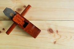 Самолет руки ` s плотника деревянный на деревянной предпосылке Стоковое Фото