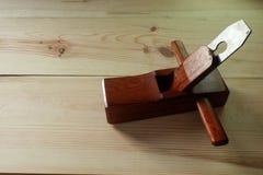 Самолет руки ` s плотника деревянный на деревянной предпосылке Стоковые Фотографии RF
