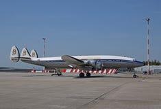 Самолет созвездия Lockheed супер припарковал в европейском авиапорте стоковое изображение rf