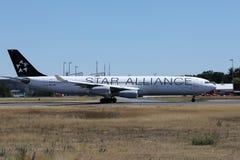 Самолет союзничества звезды ездя на такси на взлетно-посадочной дорожке стоковое изображение