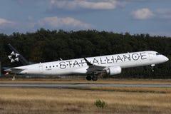 Самолет союзничества звезды принимая от аэропорта стоковые фотографии rf