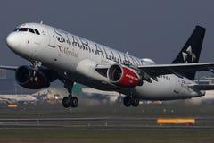 Самолет союзничества звезды Austrian Airlines принимая  стоковая фотография