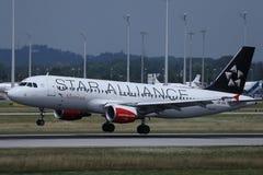 Самолет союзничества звезды Austrian Airlines принимая  стоковое изображение rf