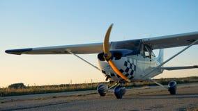 Самолет с вращаясь пропеллером двигает вдоль взлётно-посадочная дорожка видеоматериал