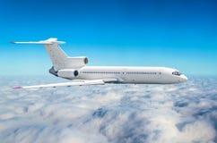 Самолет с 3 двигателями на кабеле в небе над высотой солнца путешествием полета облаков Стоковая Фотография RF