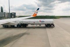 Самолет тележки дозаправляя в взлётно-посадочная дорожка Стоковое Изображение RF