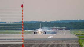 Самолет тормозя после приземляться видеоматериал
