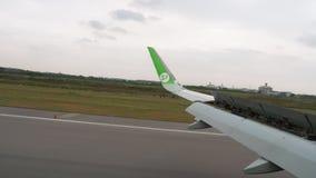 Самолет тормозя после приземляться во время дождя акции видеоматериалы