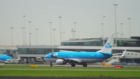 Самолет ускоряет ход перед отклонением сток-видео