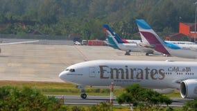 Самолет ускоряет ход перед отклонением видеоматериал