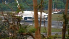 Самолет ускоряет ход перед отклонением акции видеоматериалы