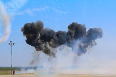 Самолет яков 52 от команды Iacarii Acrobati выполняя показательный полет с pyrotechnic влияниями на Timisoara Airshow Стоковая Фотография