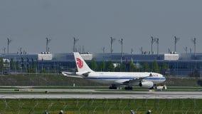 Самолет Air China на взлётно-посадочная дорожка в авиапорте Мюнхена, Германии сток-видео