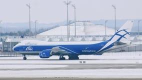 Самолет AirBridgeCargo получает готовым для взлета, авиапорта Мюнхена