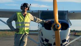 Самолет, самолет, cropduster и оборудованный пилот готовый для полета акции видеоматериалы