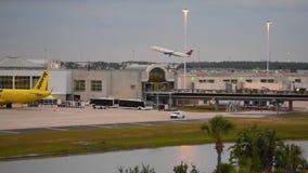 Самолет Delta Airlines принимая на предпосылку захода солнца на международном аэропорте Орландо