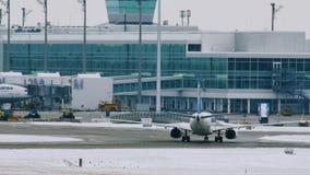 Самолет EgyptAir приземленный на авиапорт MUC Мюнхена видеоматериал
