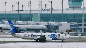 Самолет EgyptAir приземленный на авиапорт MUC Мюнхена акции видеоматериалы