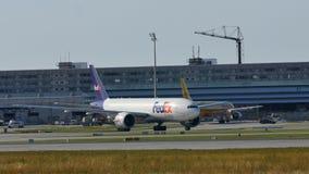 Самолет Federal Express летая для того чтобы отдохнуть назначения стоковые фотографии rf