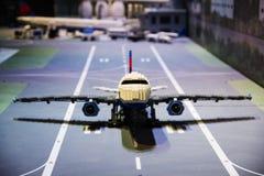 Самолет Lego на взлётно-посадочная дорожка Стоковая Фотография RF