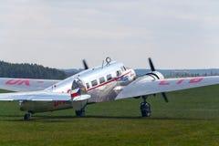 Самолет Lockheed Electra 10A винтажный подготавливая для полета на авиапорт стоковая фотография