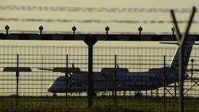 Самолет redy принять в силуэт против оранжевого неба захода солнца сток-видео