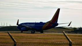 Самолет Southwest Airlines на взлетно-посадочной дорожке принимая  стоковые изображения rf