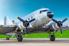 самолет Turbo-упорки винтажный припарковал на авиапорте, сияющем воздушном судне фюзеляжа металла стоковая фотография rf