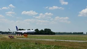 Самолет United Airlines принимая от аэропорта Амстердама Schiphol, AMS акции видеоматериалы