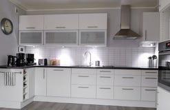 Самомоднейшая белая кухня Стоковое Изображение RF