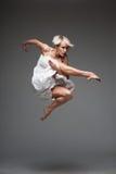 Самомоднейшая девушка танцы типа стоковая фотография rf