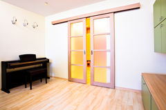 самомоднейшая комната рояля стоковая фотография