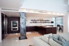 Самомоднейшая открытая кухня Стоковое фото RF