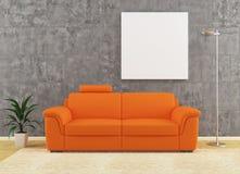 Самомоднейшая померанцовая софа на пакостном дизайне интерьера стены Стоковая Фотография