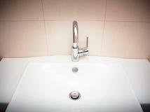 Самомоднейшая раковина ванной комнаты в белое керамическом Стоковые Изображения RF
