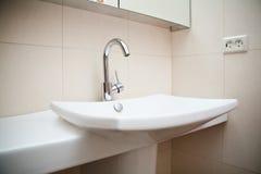 Самомоднейшая раковина ванной комнаты в белое керамическом Стоковое Изображение RF